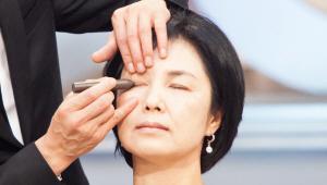 2) 어두운 색 아이 섀도를 눈 중간부터 눈 꼬리 끝까지 발라주세요.<br> 눈 주위 뼈를 만져보면 눈 끝을 알 수 있어요! 손가락을 이용해 아이 섀도를 문질러 블렌딩해주세요! 살살 쓸어준다는 느낌으로 섀도를 얇게 펴 발라 주시면 되요!