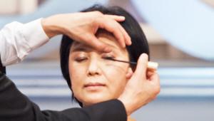 5) 마스카라를 꼼꼼히 발라주세요! 어머니의 눈이 찔릴 수도 있으니 어머니의 눈을 감긴 채 발라주세요.