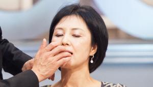 6) 이제 LIP 메이크업을 해볼 텐데요. 사랑스러운 느낌의 진한 컬러 립스틱을 이용할거예요. 먼저 손 끝으로 립스틱을 살짝 녹여주세요. 손가락 끝에 립스틱을 묻혀 입술을 톡톡 누르듯 발라주세요