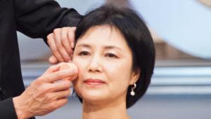 7) 어머니의 얼굴에 생기를 부여하면서 5살 젊어 보이게 하는 블러셔를 <br>사용할거예요. 웃을 때 도드라지는 광대 부위에 크림 치크를 세 번 돌려 <br>발라주세요. 볼터치의 경계선이 생기지 않도록 손을 이용해 가볍게 정돈해주세요.