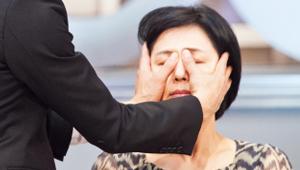 <b>- 보톡스 마사지 TIP!</b><br><br>  이 때, 엄마의 피부 혈색과 탄력을 도와주는 보톡스 마사지도 함께한다면 좋겠죠?<br><br> 1. 두 엄지 손가락으로 눈 머리 뼈를 가볍게 눌러주세요. <br>2. 눈 머리 뼈를 따라 가볍게 마사지하며 눈 머리 뒷부분으로 빠져 나오세요.<br> 3. 관자놀이 주위를 가볍게 롤링하며 눌러주세요. <br>4. 팔자 주름 부위를 지그시 눌러주세요.