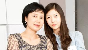 - 딸이 어머니를 많이 닮아 미인이시네요^^<br> 어머니께서두 20대 때에는 인기 많으셨을 것 같아요^^