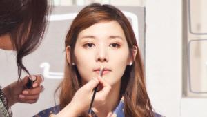 18) 코 끝, 입술 끝, 입술 중앙을 강조하면 W존 피부가 더욱 깨끗해 보이는 효과를 줘요. 때문에 이 3곳에 팁 브러시를 이용하여 하이라이터를 바른 후 살짝 두드려주세요