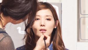 19) 마지막으로 핑크 컬러의 립글로스로 마무리해주세요.