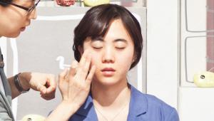 2) 피지를 잡아주는 성분이 담긴 에센스 로션을 발라주세요. <br>피부 속은 촉촉하고 겉은 뽀송하게 마무리하면 메이크업의 지속력을 높일 수 있어요! 피지선이 적은 눈가와 입가를 피해 여드름이 난 부위와 T존 등 <br>피지 분비가 많은 곳에만 발라주세요.
