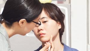 6) 피부 겉을 파우더리하게 표현한 후 여드름 자국을 펜슬형 컨실러로 커버해주세요