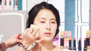 2) 다음으로 촉촉하고 산뜻한 느낌의 파운데이션으로 주름, 모공을 커버하여 피부 톤을 매끈하게 연출해주세요. 파운데이션은 면봉에 묻혀 얼굴에 골고루 묻힌 뒤 스펀지로 두드리듯 발라주세요. 얼굴 전체에 파운데이션을 얇게 한 겹 바른 후에 윤곽을 살리고 싶은 부분에만 한 겹 덧발라 주시면 되요! <br>얼굴이 입체적으로 보이는 효과를 줄 수 있답니다^^