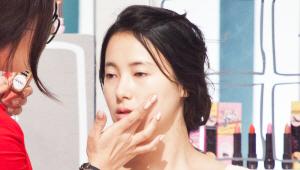 4) 살구 빛 립앤치크 제품을 볼에 살짝 발라주세요! 얼굴을 입체적으로 보이기 위해 치크를 바깥쪽에서 안쪽으로 그라데이션 해주시면 된답니다! <br>이 제품은 립 메이크업으로도 사용할 수 있어요. 립브러시를 이용해서 톡톡 두드려 발라주세요!