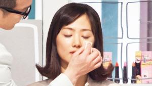 1) 보습 & 광채를 극대화 시켜주는 투명 립글로스 같은 질감의 메이크업 베이스를 광대 중앙에 스펀지로 두드려 발라주세요. 얼굴 전체적으로 촉촉한 베이스 제품을 바르면 땀이 난 것처럼 지저분해 보일 수 있어요!