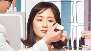 2) 스펀지 일체형으로 사용이 편리한 비비 크림을 애플존을 중심으로 얼굴 안쪽에 톡톡 두드려 발라주세요. 애플존에 살이 차오르면 어려 보이는 얼굴 표현이 가능하답니다! 스펀지를 피부 결대로 쓸어주는 것도 좋아요!