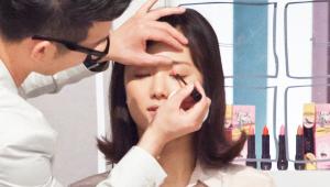 8) 각도에 따라 다르게 보이는 펄 감을 가진 명품이 립글로스를 발라줄 거예요! 이 제품은 끈적임이 아닌 촉촉한 보습감으로 멀티 사용이 가능한 제품이에요! 눈 머리 부분에 핑크색 립글로스를 찍듯이 발라주세요. 립글로스를 너무 많이 바르면 끈적일 수 있으므로 눈 머리에만 살짝 포인트를 주시면 되요!