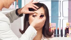 11) 속눈썹을 볼륨 펌한 효과를 주는 마스카라를 속눈썹에 촘촘히 발라주세요! 글로시 메이크업에서 마스카라는 유분과 수분에 강해야해요!