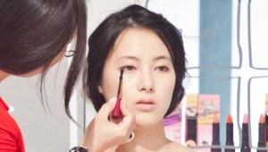 10) 메이크업 시연을 받고 있는 베러걸즈분이 브라운 계열의 눈동자를 지니셔서 브라운 계열의 마스카라를 이용하는 것이 적합하지만, 현재 지니고 있는 제품은 검은색이기 때문에 눈꼬리만 마스카라를 발라줄게요! 눈매가 좀 더 그윽해보이죠!