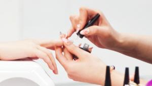 1) 베이스 젤을 손톱 전체에 바른 후에 LED 램프에 손을 넣어 1분간 건조시켜주세요! 마린 네일의 기본인 화이트 컬러 젤을 손톱의 1/2지점까지 발라주세요! 젤 네일의 유지 기간이 3~4주 되기 때문에 전체에 다 바르지 않으면 손톱이 자라도 깔끔하게 보일 수 있어요