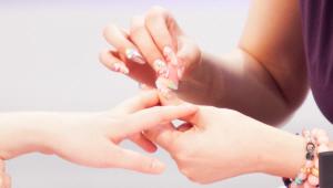 2) 손톱에 바른 컬러가 가장 위에 가도록해서 은박지에 세 가지 컬러의 매니큐어를 붙여 발라주세요. 그리고 나서 은박지에 발라놓은 매니큐어를 스펀지에 톡톡 묻혀 손톱 위에 두드려 발라주세요.