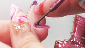 1) 펄이 들어간 네일 컬러 1가지 선택해주세요! 2가지를 선택해 손톱에 반반씩 나눠 바르면 색다른 느낌이 연출 가능하니 2가지를 선택해주셔도 되요! 선택한 매니큐어를 손톱 전체에 발라주세요