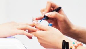2) 사선 모양으로 블루 컬러 젤을 손톱에 발라주세요. 사선을 그리지 않은 부위에는 손목에 힘을 빼고 브러시를 이용하여 스트라이프를 그린 뒤, LED 램프에 손을 넣어 1분간 건조시켜주세요. 젤은 바름과 동시에 퍼지는 성질이 있기 때문에 무조건 바르는 동시에 잠깐이라도 건조를 시켜주셔야 해요!