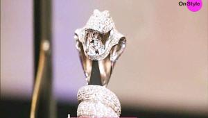 <b>9. 이홍기`s 코브라 네일</b><br><br> - 이홍기씨는 예전에 900만원 대 다이아몬드 네일로 화제를 모은 적이 있었죠! 이 코브라 네일은 이홍기씨가 직접 디자인에도 참여를 한 네일이에요! 코브라 전부가 다이아몬드라고 한다면 믿으시겠어요? 코브라 입 속에 담긴 해골 모양이 이홍기씨의 이미지를 형상화한 것이라고 하네요^^ 이 제품의 가격은… 무려 2,000만원!!!!!! 한 손가락에 2천만원이니.. 상상할 수도 없는 가격이에요..