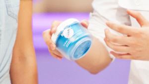 <b>1. 바디 UP 크림</b><br><br>  이 제품은 피부 탄력을 케어하는 제품이에요. 얼굴과 마찬가지로 몸도 피부에 탄력이 점점 없어지게 되는데요! 특히 팔, 엉덩이, 허리 부위에 탄력이 떨어지면 쉽게 쳐지고 뒷모습 또한 흐트러지게 되죠! 이런 처짐을 막고 몸에 탄력을 부여하여 탄탄한 바디라인을 만들어주는 제품이에요! 진주 광택을 주는 펄 성분이 함유 되어 몸 피부에 윤기를 주어요!