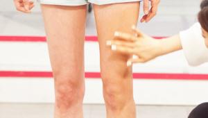 5) 다리도 입체감이 굉장히 중요해요! 허벅지 가운데 부분부터 다리 라인을 따라 하이라이터를 발라주세요! 무릎 뼈에서 종아리의 뼈를 따라 발등까지 하이라이터를 발라주세요!
