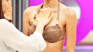 3) 비치 룩을 위해 볼륨감을 줄게요! 가슴 골 부분에 어두운 브라운 계열 펄 아이 섀도를 회오리 모양으로 발라주세요! 볼륨감에 대한 여성들의 고민 해결 비법이죠!