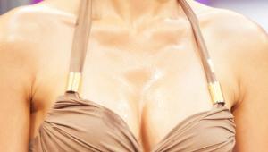 7) 마지막으로 가슴골 부분에 오일을 한 방울 뿌려주세요. 완벽한 볼륨감을 연출할 수 있어요!