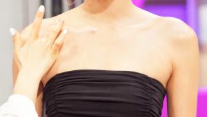 2) 펄 감이 있는 아이 섀도를 쇄골 라인을 따라 팔까지 펴 발라주세요! 얼굴과 마찬가지로 몸도 입체감이 굉장히 중요하기 때문에 손가락 끝까지 펄 아이 섀도를 발라주세요! 베이스로 바른 탄력 크림과 펄이 어우러져 더 빛나는 피부가 연출됩니다!
