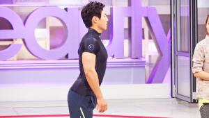 1) 먼저 가슴을 앞으로 내밀고 엉덩이를 살짝 뒤로 빼주세요. <br>등 라인의 근육이 긴장되죠?