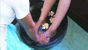 2) 편안한 복장으로 갈아 입은 후 먼저 긴장과 피로를 풀어주는 발 마사지를 해줍니다!