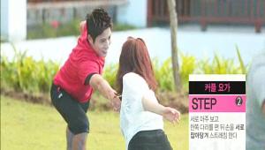 2) 서로를 마주 보고 한쪽 다리를 편 뒤 손을 서로 잡아당겨 스트레칭 해주세요!