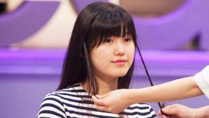 1) 머리 카락을 간단하게 액세서리로 만들어서 3단 변신까지 할 수 있는 좋은 방법이 있어요. 먼저 양 옆 머리를 얇게 땋아주세요.