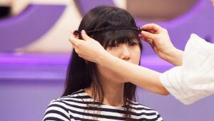 2) 땋은 머리를 이마 쪽으로 크로스하면 <b>히피룩 밴드 스타일</b>을 연출할 수 있어요.