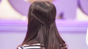4) 땋은 머리를 뒤로 묶으면 청순한 <b>반 묶음 스타일</b>을 연출할 수 있어요!