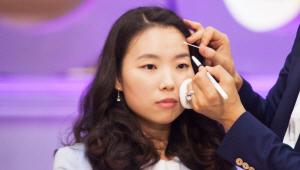 6) 아이브로우 브러시를 이용해 눈썹 앞머리로 가면서 그라데이션 해주세요.