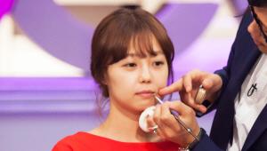 <b>연상녀를 위한 어려 보이는 입술 연출 Point</b><br><br> 1) 파운데이션으로 입술 꼬리 쪽 라인을 정리해주세요. <br>입술 바깥 라인 정리는 나이를 떠나 여자들에게 필수예요!