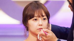 2) <u>핑크 컬러 립 라이너</u>로 위 아래 입술의 안쪽부터 발라주세요. <br>립 라이너를 입술 중앙에만 바르면 어려보이는 느낌을 살릴 수 있어요! <br>입술을 건조하게 만들고 수정이 힘든 틴트 대신 립라이너로 같은 효과를 연출할 수 있어요!