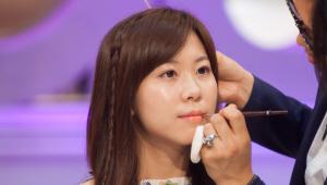 3) 립 브러시에 산호색 립스틱을 묻혀 입술 안쪽부터 발라주세요. <br>아랫 입술이 얇을 경우 입술 선을 살짝 넓게 발라 볼륨감 있게 표현해주세요.