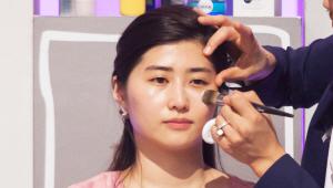 3) 파운데이션은 얼굴 톤보다 한 톤 밝은 컬러와 한 톤 어두운 컬러 2가지 색상을 사용할거에요! <br><b>얼굴 톤보다 한 톤 밝은 파운데이션</b>은 T존, 눈 밑, 눈썹 밑, 광대, 입술 중앙, 턱 중앙에 발라주세요.