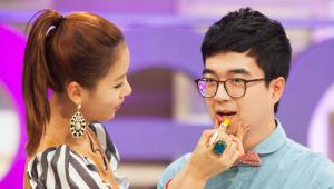 - 반전 립스틱을 민영씨의 입술로도 실험해보고 있네요! <br>민영씨 웃으세요^^!!
