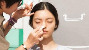 3) 다음 단계를 자외선 차단제인데요. <br>건조한 피부는 보습 성분이 있는 크림 타입을, 번들거리는 피부는 유분기가 적은 밤 타입을 사용해주세요. <br>밤 타입은 유분기가 적어 피지 컨트롤에도 효과적이에요! <br><br>내장 되어 있는 퍼프로 얼굴에 고르게 펴 발라주세요. <br>자외선 차단제도 마찬가지로 피부 결에 따라 안쪽에서 바깥쪽으로 발라주세요!