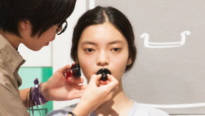 7) 마크 틴트를 입술 안쪽에 찍어 발라주세요. <br>입술 컬러의 경계선을 없애며 그라데이션 해주세요. <br>입술과 볼에 약간의 포인트만으로 반짝반짝 빛나는 얼굴을 볼 수 있어요!