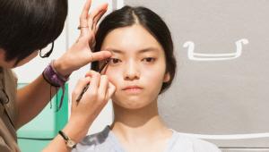 8) 아이라이너는 한 듯 안 한듯한 메이크업을 위해 헤어 컬러&피부 톤에 <br>맞는 다크 브라운 컬러를 선택해주세요. <br>눈꼬리 점막 부분의 최대한 안쪽으로 아이라인을 그려주세요. <br>눈 꼬리에만 그리면 균형이 맞지 않기 때문에 눈 앞머리 점막 부분의 최대한 안쪽도 살짝 그려주세요.