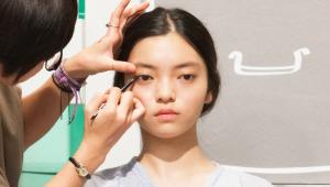 9) 스머지 팁으로 눈꼬리와 중앙의 경계를 자연스럽게 연결해주세요. <br>그리고 나서 언더라인의 속눈썹이 시작되는 경계부분에 펜슬 아이라이너로 점을 찍고 스머지해주세요. <br>자연스러운 음영으로 눈매가 확장되어 보이는 효과를 줘요!