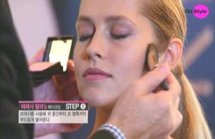 7) 브러시를 사용해 블러시 제품을 <b>귀 중간부터 코 옆쪽까지</b> 부드럽게 쓸어주세요. 광대뼈 라인을 타고 부드럽게 내려오면서 마무리해주세요.