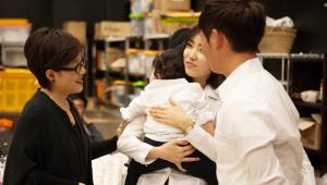 - 귀여운 쌍둥이네 가족의 아이들을 보면서 흐뭇한 미소를 짓고 계시는 메이크업 아티스트 정샘물님!