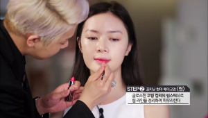 7. 글로스한 코럴 컬러의 립스틱으로 립 라인을 정리하며 마무리해주세요.