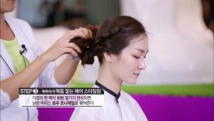 3. 가르마 한 쪽이 매듭 땋기가 완성되면 남은 머리는 로우 포니테일로 묶어주세요.