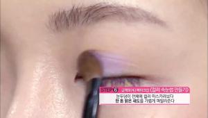 6) 좀 더 웨어러블한 표현을 위해 눈두덩이 전체에 컬러 마스카라보다 한 톤 밝은 새도를 가볍게 펴발라주세요.