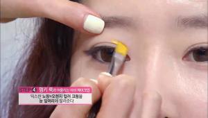 6) 믹스한 노랑 + 오렌지 컬러 크림을 눈 앞머리 부분에 발라주세요. 컬러가 강하기 때문에 아이홀을 넘지 않도록 주의해주세요.