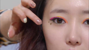 13) 피버 나이트 팁으로 골드 별 스티커를 눈꼬리 부분에 붙여주세요.